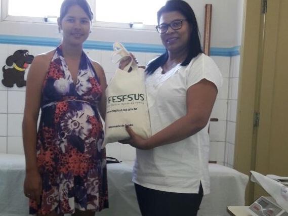 Enfermeira Marli Araujo entrega mais um kit em Dom Basilio